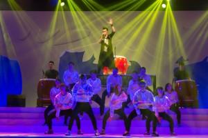 歌手周柏豪(中)與其母校東華三院呂潤財紀念中學的師弟妹落力演出。