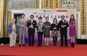 圖二為一眾慈善演出嘉賓獲鳴芝聲劇團台柱蓋鳴暉小姐(左四)及吳美英小姐(右三)送贈演出錦囊。