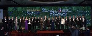 東華三院乙未年及丙申年董事局成員向嘉賓祝酒及合唱145周年主題曲「善在必行」。