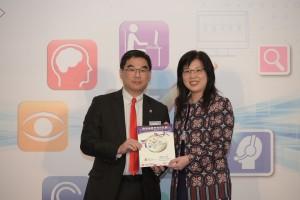 東華三院執行總監蘇祐安先生代表本院在政府資訊科技總監辦公室總系統經理(產業促進)胡靜怡女士手中接過奬狀