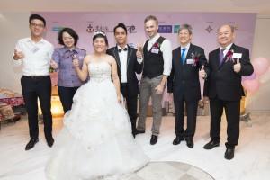 (左起) 拉斐特婚禮統籌有限公司主席鄧耀昇先生、東華三院副主席文穎怡小姐、婚齡最長的少數族裔夫婦、婚禮主持河國榮先生、東華三院社服總主任姚子樑先生,以及元朗大會堂服務總監陳國良先生一同合照。