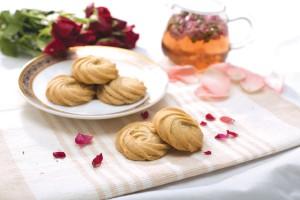 為配合母親節,東華三院社企iBakery特別推出期間限定的玫瑰花曲奇。