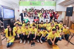 一眾嘉賓與參與計劃的青少年合照。