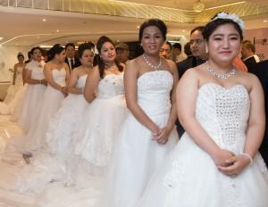 十對尼泊爾夫婦首次穿上婚紗禮服,體驗港式婚禮。