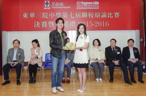 東華三院主席兼名譽校監馬陳家歡女士(右)致送紀念品予香港中文大學中國語言及文學系高級講師歐陽偉豪博士。