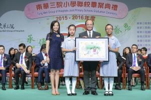 東華三院主席兼名譽校監馬陳家歡女士(左一)致送紀念品予主禮嘉賓教育局局長吳克儉SBS太平紳士(右二)。
