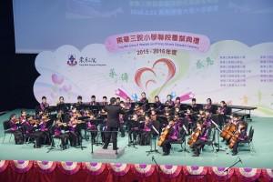 東華三院小學聯校管弦樂團於東華三院小學聯校畢業典禮上表演。
