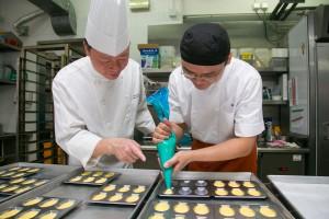 香港沙田凱悅酒店甜品廚房主廚賴耀輝先生去年為iBakery團隊培訓的情況。