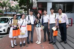 圖三為東華三院主席馬陳家歡女士(左四)走訪各個地點,為義工學生打氣。