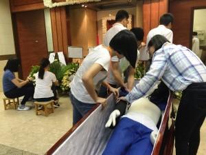 學生們被委派不同任務,分擔籌劃不同宗教的喪禮。