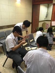 學生們努力學習「摺金銀」。