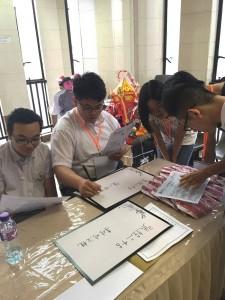各組成員分工合作,各自擔任不同崗位,包括填寫花籃內容。