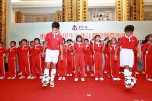 東華三院小學聯校「有品足球大使」日本文化交流團學生大使於啟動禮上表演。