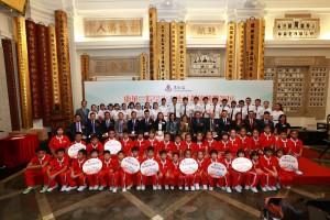 出席啟動禮的一眾嘉賓與東華三院「有品足球大使」日本文化交流團及東華三院學生大使倫敦參訪團全體學生大使合照