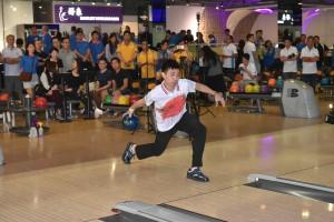 图二为香港保龄球代表队的运动员向参赛队伍示范球技,传授心得。