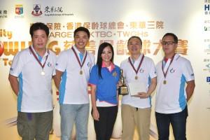 图三为东华三院主席马陈家欢女士(中)颁奖予名宴杯队际冠军队伍。