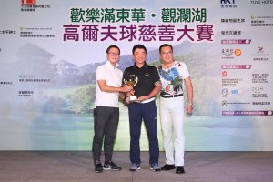 圖四為男子組「個人總桿獎」首日比賽冠軍Mr. TAI Chi Ming﹝中﹞,他以桿數77桿勇奪獎項。