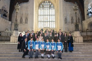 東華三院馬陳家歡主席(第二排左五)率領部分學生大使倫敦參訪團成員在英國國會與英國上議院韋鳴恩勳爵(二排左六)會面。