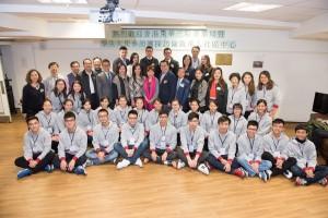 東華三院學生大使倫敦參訪團一行探訪倫敦華人社區中心,獲該中心丘玉雲主席MBE(第三排右八)、陳顯耀副主席及秘書(第三排右六)及中心其他代表熱情接待。