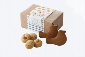 東華三院iBakery的「小曲奇與卒卒」聖誕禮盒,同樣以繪本主角造型為主。禮盒內除主角小曲奇外,卒卒鳥更化身為薑餅,無論造型和味道都相當吸引。