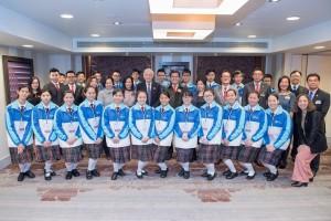 東華三院學生大使倫敦參訪團一行與衛奕信勳爵(第二排左七)會面,從西方角度探討中華文化的特色。