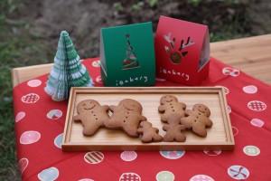 東華三院iBakery的聖誕薑餅小禮包。禮包內的蜂蜜薑餅人曲奇造型可愛,配 以聖誕的紅、綠禮包,突顯出小禮包的一點小心意。