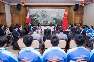 東華三院學生大使倫敦參訪團在馬陳家歡主席的率領下,獲中國駐英大使館沈蓓莉公使接見,並介紹當地華人的生活情況。