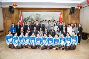 東華三院學生大使倫敦參訪團成員在中國駐英大使館內與沈蓓莉公使(第二排右四)、該院馬陳家歡主席(第二排左四)合照。