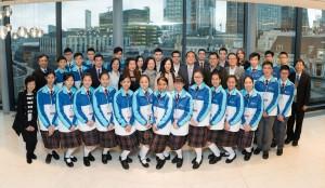東華三院學生大使倫敦參訪團一行在參觀中國銀行(倫敦)時與該行代表合照。