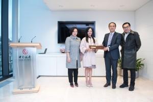 東華三院馬陳家歡主席(左二)在該院副主席陪同下與中國銀行(倫敦)王化斌副行長交換紀念品。