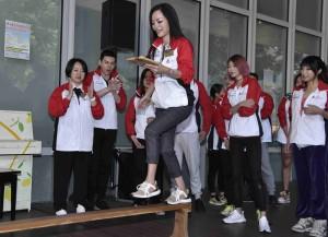 圖三、四及五為董事局成員與歌手及藝人分別組成「挑戰自我隊」及「成就廣華隊」進行戶外小型競技挑戰賽,一眾嘉賓玩得相當投入。