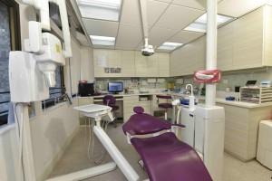 圖五為「東華三院何玉清社區牙科診所」內設的手術室及先進的牙科設備。