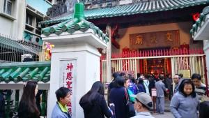 善信如貫入場,參加文武廟一年一度的大型酬神祈福祭典「文昌啟智禮」。