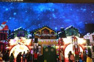 「極光飄雪匯演」於每日黃昏六時起的正點時間在大型戶外全息投影紗幕上演,配以特別的燈光、音響和飄雪效果,讓觀眾猶如置身於北歐一樣。