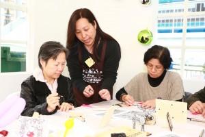 東華三院社企和社會服務單位在場內設置手工藝、遊樂活動及美食攤位。
