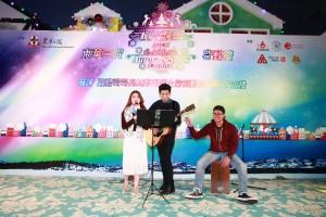 東華三院屬下社會服務單位為「極光飄雪嘉年華」啟動禮帶來精彩表演。