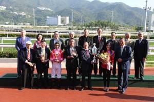 圖三為東華三院主席馬陳家歡女士頒發「東華三院挑戰盃」,與馬匹「祥勝駿駒」的馬主、練馬師及騎師合照。
