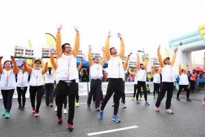 图五及六为今年新增设的慢活跑,由150名精神健康大使在iRun会场上带领智障人士以静观减压练习态度进行慢跑。