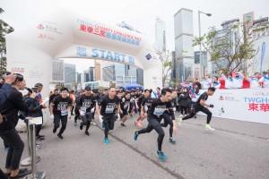 圖二為東華三院慈善障礙挑戰賽有接近1,000人參與,一起為「東華三院廣華醫院重建發展基金」籌募善款,每名參賽者均穿著由人氣歌手周柏豪先生精心設計的紀念版T-shirt。