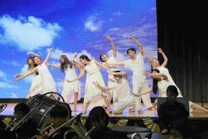 图三及图四为一众东华三院黄笏南中学学生表演,庆祝五十五周年校庆。
