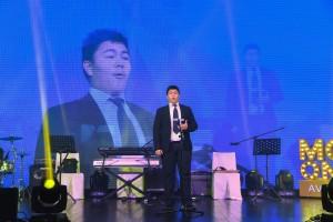 图八为东华三院马振玉纪念中学马振玉纪念中学魏仲同学于晚会上作歌剧演唱。