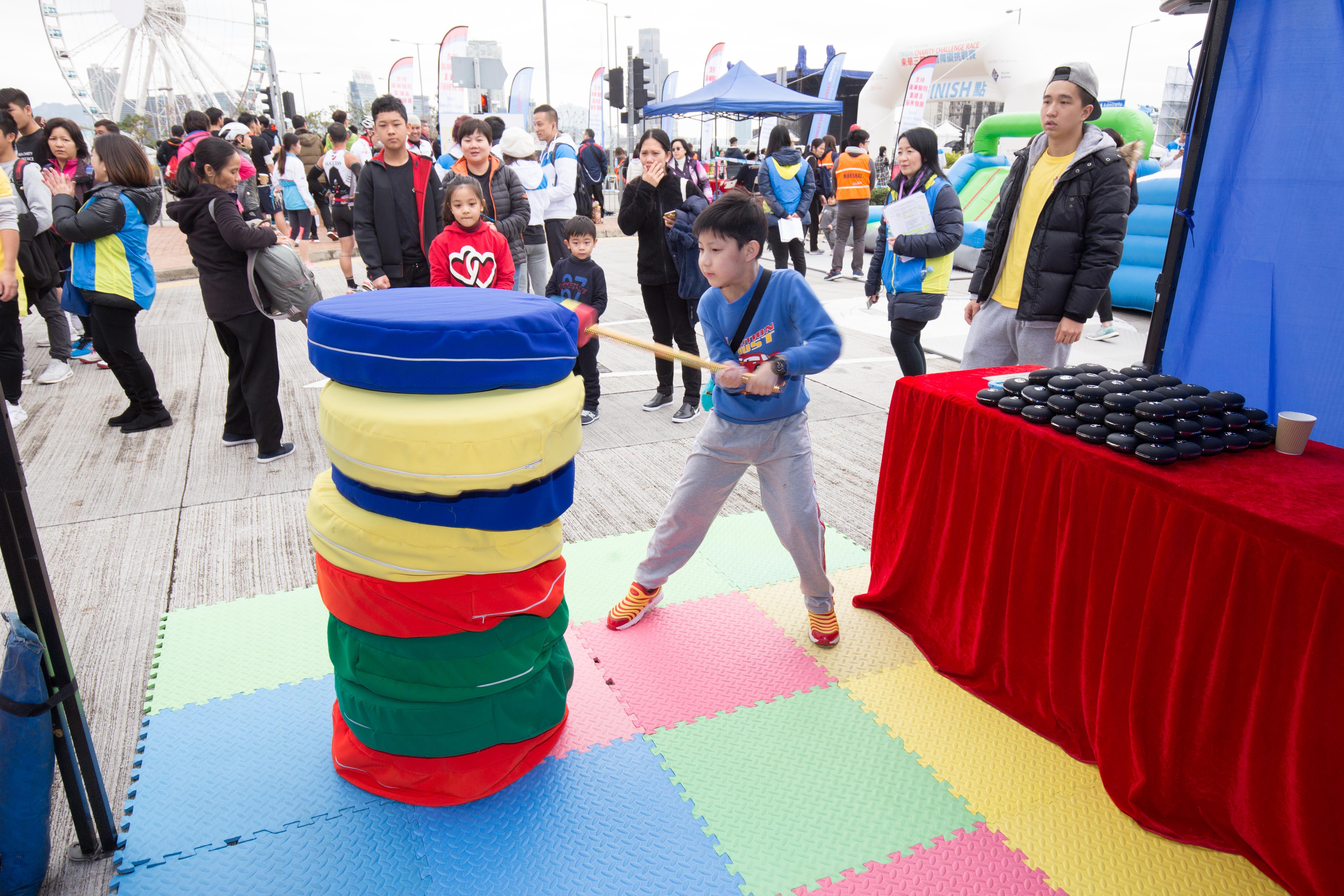 图八为现场设有精彩表演,摊位游戏,以及儿童乐园,让参赛者可带同孩子
