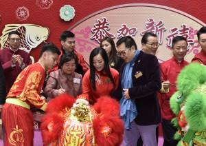 东华三院主席马陈家欢女士(前排中)与东华三院顾问、前任主席及现届董事局副主席一同主持醒狮点睛仪式。