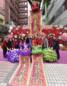 董事局成員與吉祥喜慶的醒獅合照,獻上新春祝福。
