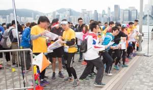 约500名参赛者在尖沙咀文化中心广场出发,参加「Cheer Up」城市定向比赛。