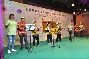 區內服務中心的長者及年青人為綜合中心作開幕表演。