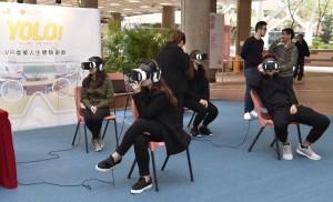 參加者在《YOLO!》VR虛擬人生體驗遊戲中,感受10分鐘的人生預演,經歷模擬人生中的「擁有」和「失去」。