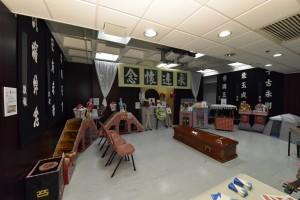 一比一的《灵堂教室》展览,展示了多个灵堂上的重要物品,以及与丧礼有关而又鲜为人知的资讯。