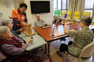 綜合中心以「藝術院舍、活力復康」為服務目標,配合舒適健康的生活環境,讓長者安享富尊嚴而愉快的晚年。