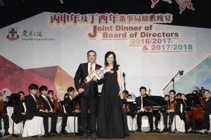 圖二:東華三院丙申年主席馬陳家歡女士(右一)及東華三院丁酉年主席李鋈麟博士太平紳士(左一)在晚宴上進行交接儀式。